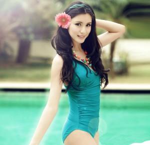 女性水着 ビキニ セクシー 女性の美しいシルエット 三角ビキニ 連体式