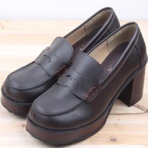 可愛いブリティッシュテイストなベルトタイプのポップな厚底ブーツ